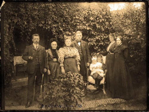 From left to right, Dirk de Wit (1878), unknown ancestor, Hendrika Goudsblom, Dirk de Wit (185X), unknown child, Helena Fredrika de Wit, Wubbina Engellina Johanna  Petronella Swalve, and unknown woman in Beverwijk, 1910.